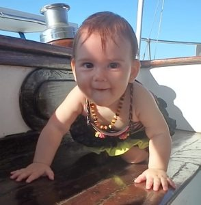 Elyanne à quartes pattes sur le voilier - Bébé – A quel age apprend-on à marcher sur un voilier ?