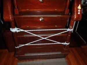 Escalier bloqué avec une corde