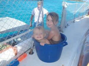 Les enfants dans la grande bassine