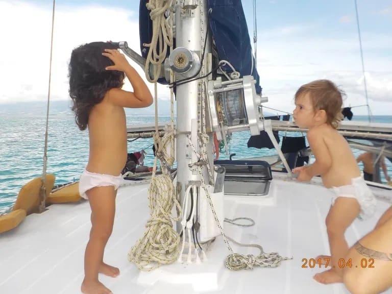 Les enfants montent la voile