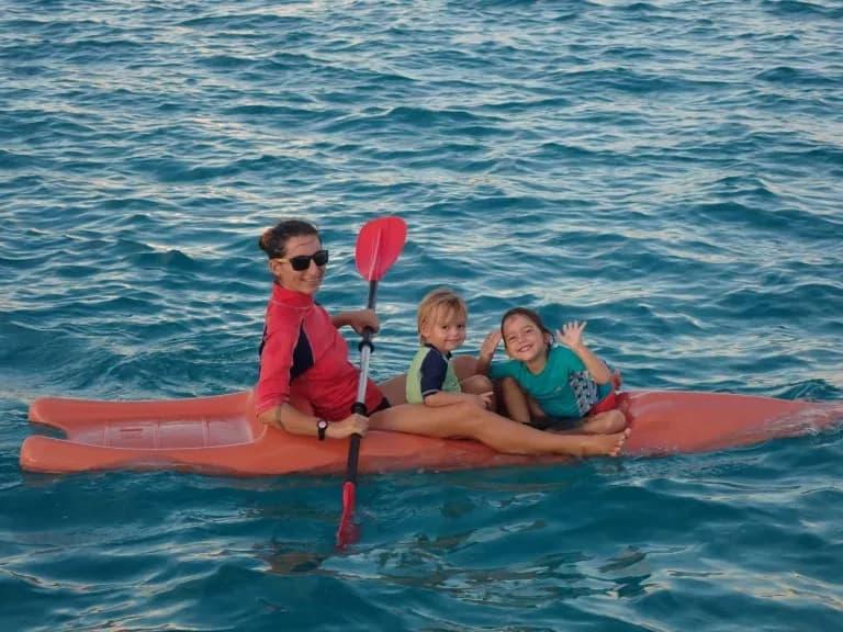 Mary et les enfants en kayak