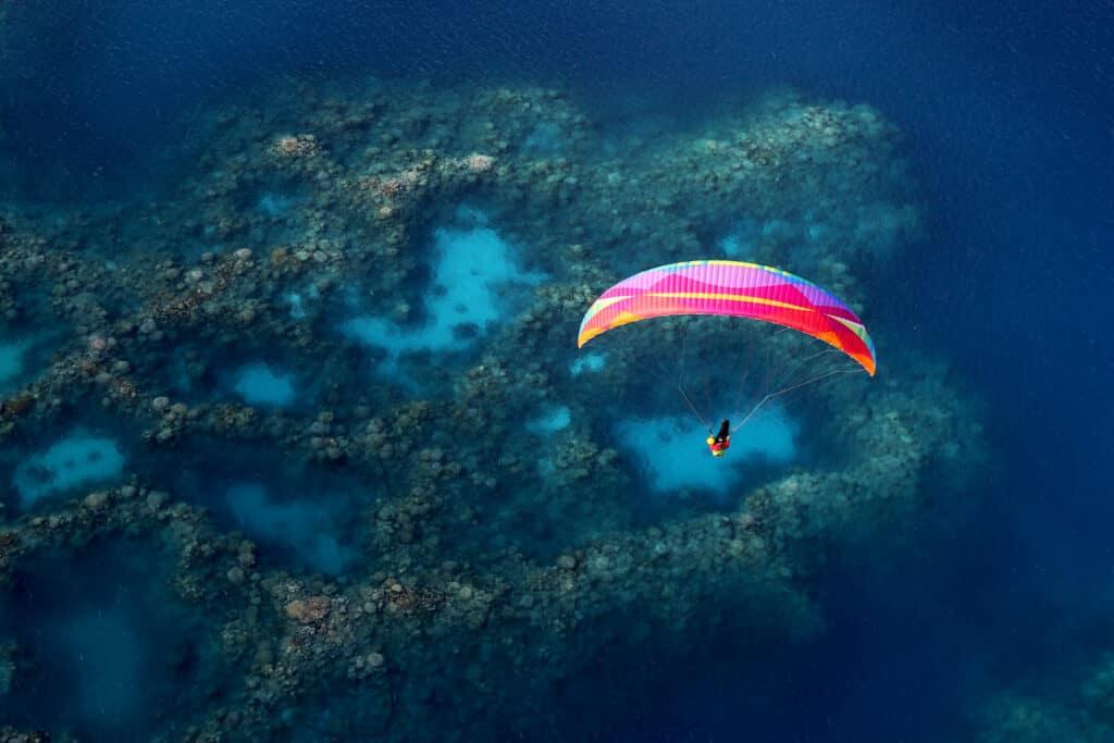 Parapente au dessus d'un massif de corail