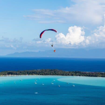 Sophie et Olivier de Kagou flying boat au dessus du lagon de Bora Bora en parapente.