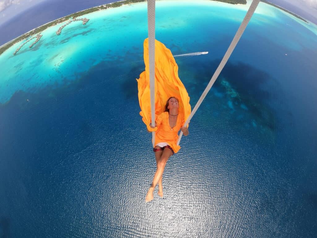 Sophie vole dans les airs suspendue au parapente.