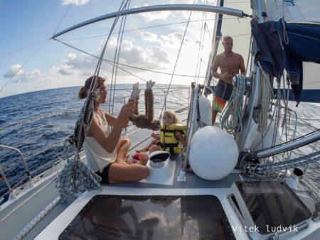 Olivier, Sophie et Lou sur le voilier Kagou.