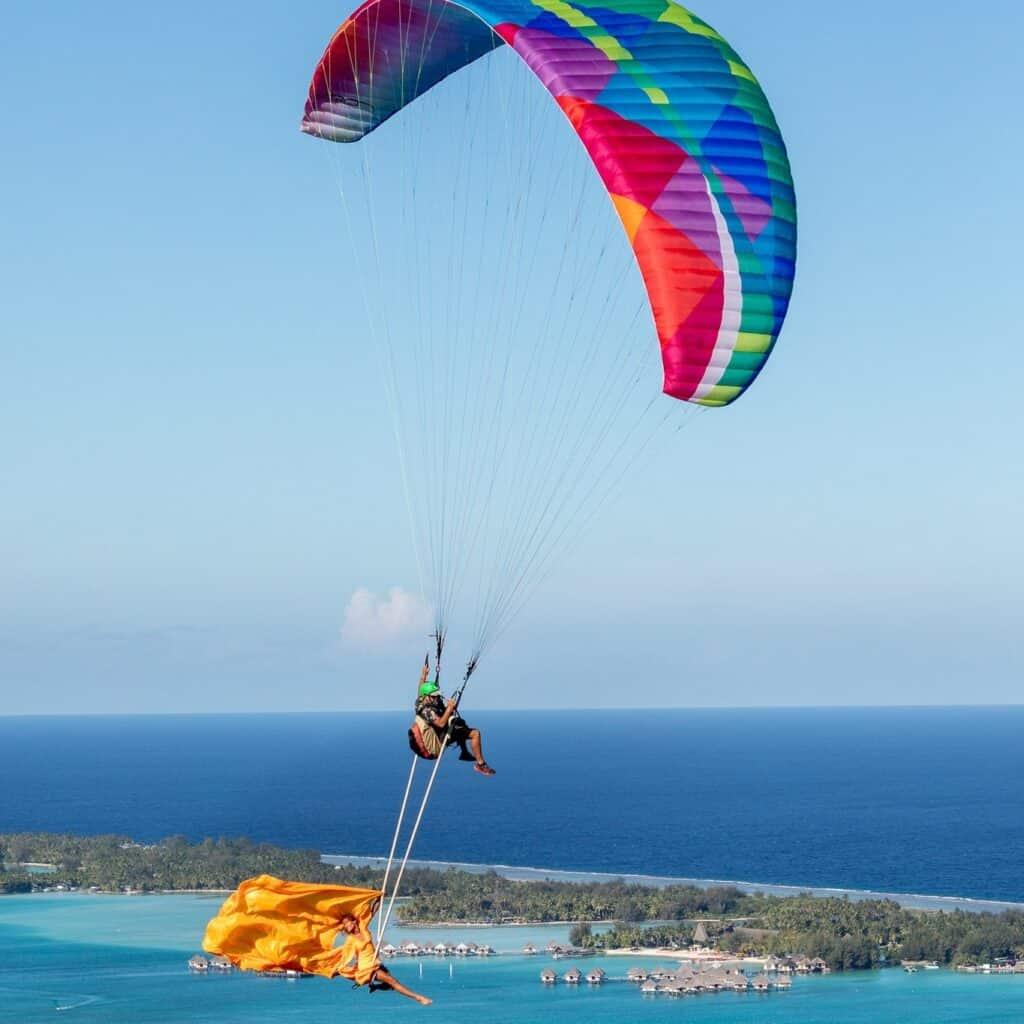 Sophie et Olivier de Kagou au dessus du lagon de Bora Bora en parapente