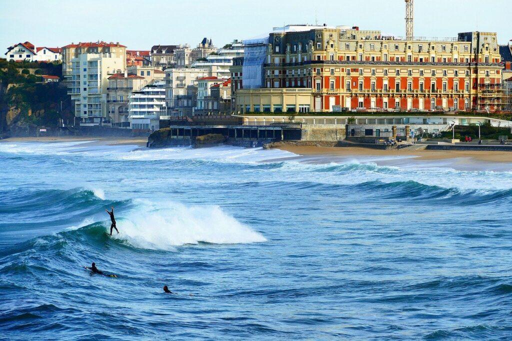 Biarritz, un spot de surf accessible en voilier.