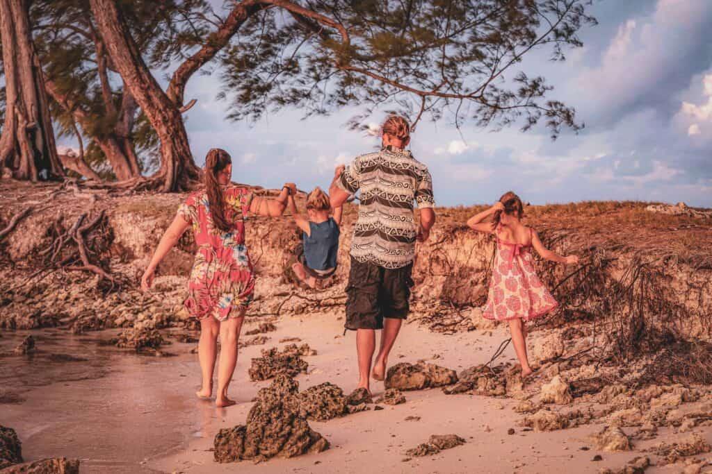 La famille Phoenix en voyage s'occupe de l'instruction de ses enfants.
